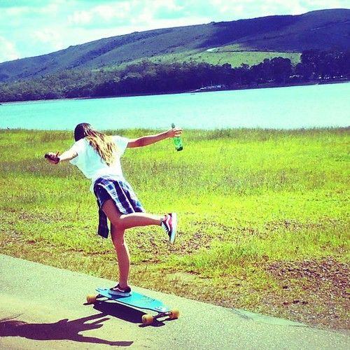 スケートボードを楽しむ女性