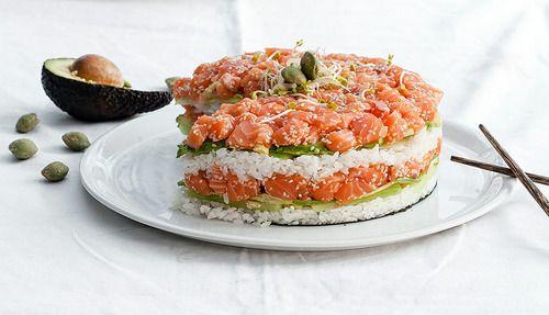"""Sushi cake                                 {Sushi cake}  Merci à """"piment d'oiseau"""" de m'avoir donné l'idée de faire ce sushi cake!!! C'est superbe, ça a fait un effet dingue et c'est vraiment trop bon mais soyons honnête, c'est pas facile facile à manger (mais bon, ça c'est secondaire hein :))  Pour 6à 8personnes:  ► Pour le riz à sushi:  Préparati"""