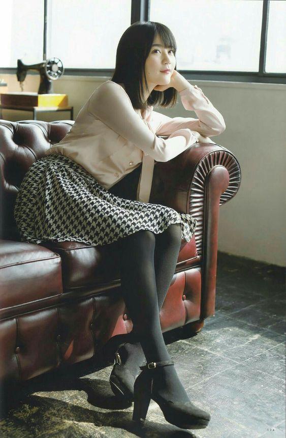 ソファにもたれて絵になるかわいい生田絵梨花