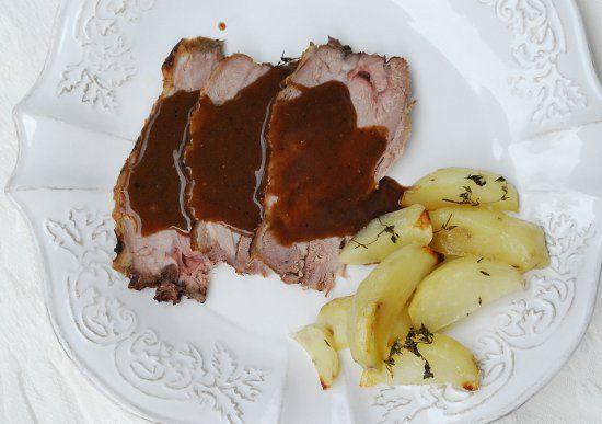 Cosciotto di agnello al forno con timo e salsa di prugne