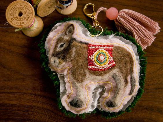 羊毛刺繍で作ったチャーム(キーホルダー)です。布の切れ端をわざとほつれた感じにしたり、適当な縫い目にしたりして、手作り感をだしています。手作りのタッセルつきで...|ハンドメイド、手作り、手仕事品の通販・販売・購入ならCreema。
