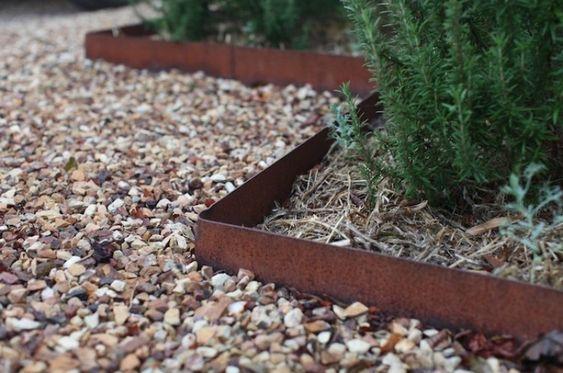 Kanten separieren die unterschiedlichen Materialien im Garten