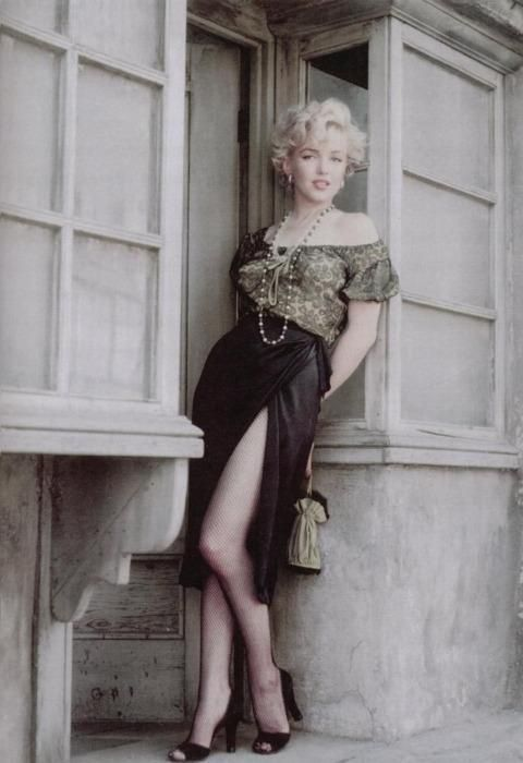 Random: Marilyn Monroe in a doorway. Have a nice evening. RT@VeryOldPics via @MarkGKirshner #fashion