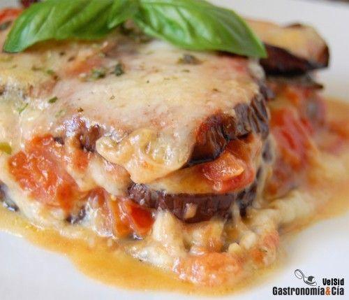 Berenjenas a la parmesana. Esta es una receta tradicional del sur de Italia  básicamente los ingredientes son las berenjenas (melanzane), queso parmesano, mozzarella, salsa de tomate y albahaca.