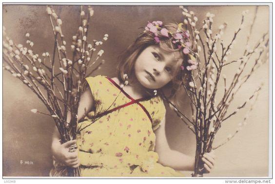 CPA 1906 d´origine Jolie Fillette robe chic Cheveux Bouclés d´une Couronne de fleurs  Pretty Little Girl Flowers