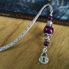 Vendu - marque page métal argenté, perles violettes et cadenas