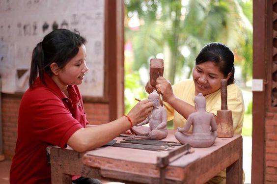 Thợ thủ công tại Artisan D'Angkor đang sản xuất các sản phẩm mỹ nghệ độc đáo