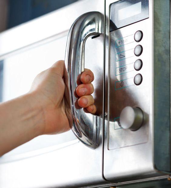 Plus besoin d'investir dans un nettoyant hors de prix pour laver l'intérieur de votre four ! Il suffit de frotter les parois avec une éponge imbibée de jus de citron et d'eau chaude. Autre astuce pour le micro-ondes : pressez le jus d'un citron dans un bol puis faites-le bouillir quelques minutes dans votre four. La vapeur va décoller les saletés et le citron laissera une bonne odeur. Vous n'aurez plus qu'à passer un coup d'éponge.