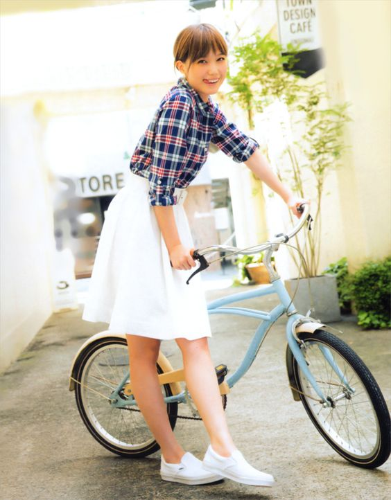 自転車を持つ本田翼