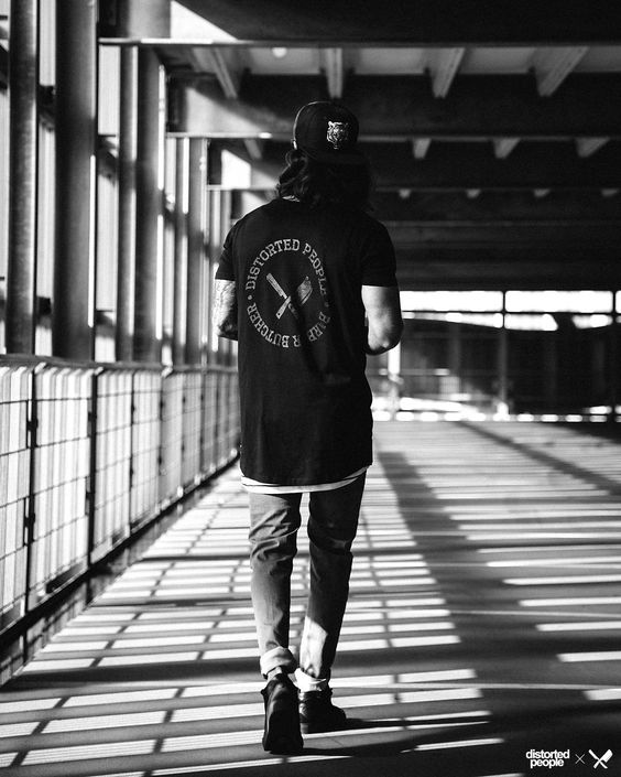 Distorted People Streetstyle : Grand Crew Neck Circle Oversize Tshirt in black, Cutted Oversize Tanktop in black/white stripes, Carrot Jeans ''Django'' in grey, Premium Sneaker ''Son of Blades'' in Monochrome black, Tiger Snapback in black/gold