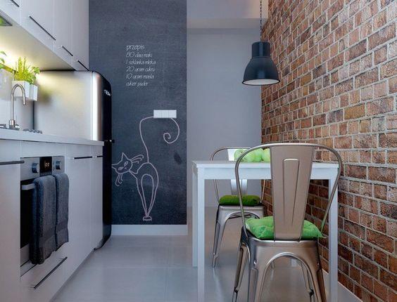 weiße Küchenfronten, Akzentwand in Tafel- und Backsteinoptik