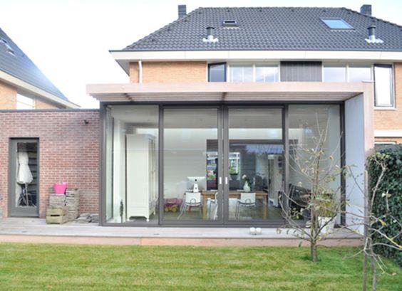 Glazen uitbouw met geintegreerde stralkke zonnewering van hout ...