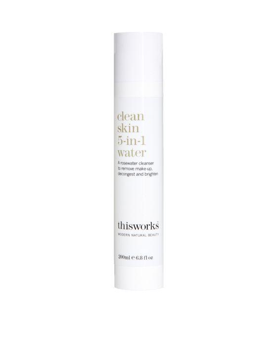 Clean Skin - 5-in-1 reinigendes Gesichtswasser von This Works . Sanftes, reinigendes Gesichtswasser, das mit Rosenwasser, wilder Wasserminze und botanischem Wasser angereichert ist, um zwecks strahlenderer Gesichtshaut dabei zu helfen, Makeup zu enfernen, die Haut atmen zu lassen und sie aufzuhellen.
