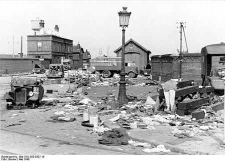 Bundesarchiv Bild 101I-383-0337-19, Frankreich, Calais, zerstörte Fahrzeuge.jpg