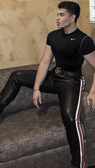 Schwul lederhosen männer in Lederhose beim