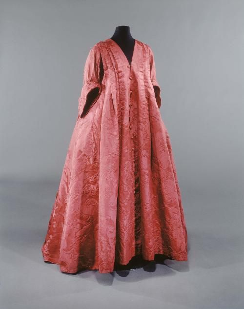 Robe volante, 1720-1735. Officially considered one of the only 4 left robes volantes in the world.