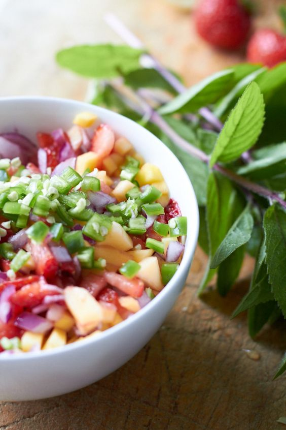 köstliche Erdberr-Mango-Salsa  mit Minze, Jalapeño und roten Zwiebeln tastesheriff.com