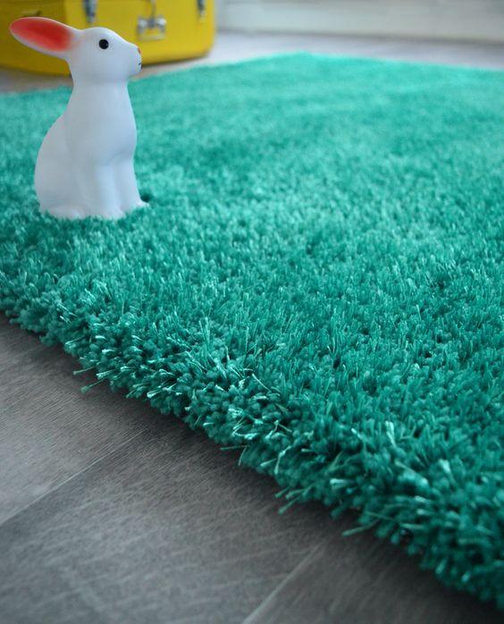 Un joli tapis tout doux bleu turquoise pour une chambre for Tapis bleu turquoise