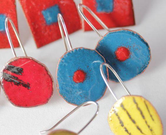 Queste divertenti orecchini grassetto hanno bei colori contrastanti: blu pavone con un puntino rosso fiamma arancione al centro. Essi sono tagliati in forme cerchio imperfetto con garbo a mano. Lo scopo di questa serie era quello di produrre un disegno semplice, perfetto per labbinamento con un abbigliamento casual.  La lunghezza totale dellorecchino è 1 1/2 inches (dalla parte superiore del filo dellorecchio verso il basso dellorecchino) da 5/8 pollici di larghezza.  Ogni orecchino è fatto…