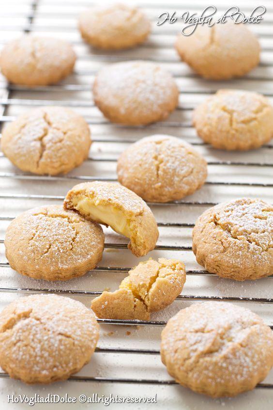 Biscotti farciti con crema al limone, deliziosi, biscotti di pasta frolla aromatizzata al limone con un cuore di crema sempre al limone. Facili e buonissimi