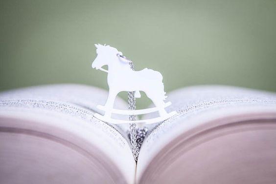 Collana con ciondolo Cavallo a dondolo plexiglass di PasBijoux