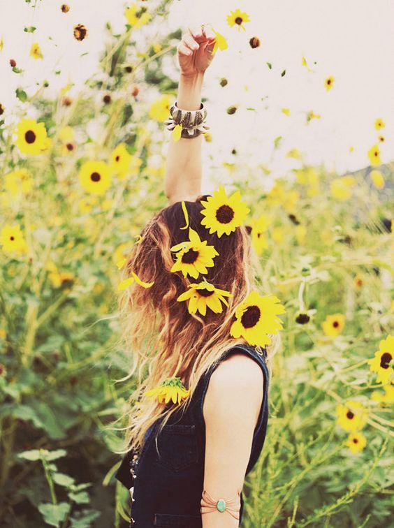 黄色い花を撒く女性