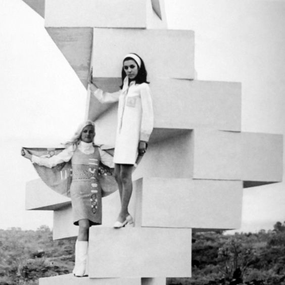 Escultura en la Ruta de la Amistad con los modelos que llevan modas oficiales para los Juegos Olímpicos de Verano de 1968 - Sculpture on the Route of Friendship with models wearing official fashions for the 1968 Summer Olympic Games