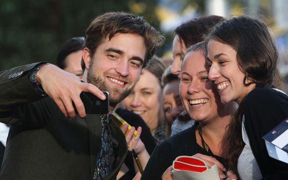 """Rob fez a alegria dos fãs da saga """"Crepúsculo"""" em Sidney, na Austrália. Ele participou da première de """"Amanhecer – Parte 2"""" e posou todo sorridente para fotos, muitas delas cercado por fãs da saga."""