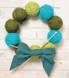 Corona de ovillos de lana