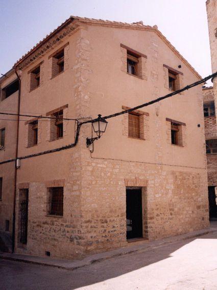 Somos una vivienda de turismo rural con muchos años de historia. Si quieres venir a conocernos: http://www.casaruralrosamary.net/index.html