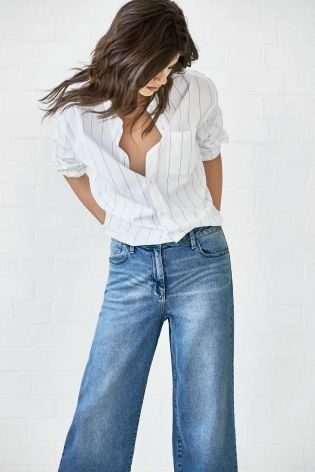 Who knew wide leg jeans would be back?! The outfit is to DIE for ...