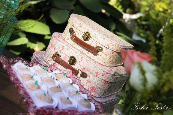 blog-de-casamento-festa-decoração-romântica-mesa-do-bolo-mala-antiga