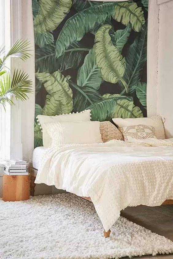 Inspiração de quarto com papel de parede seguindo o estilo tropical