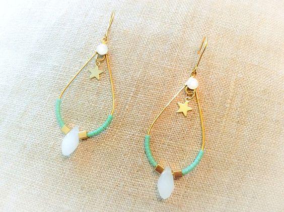 Boucles d'oreille dorées, perles de rocaille miyuki turquoise et cubes dorées, strass blanc brillant et ses gouttes en cristal