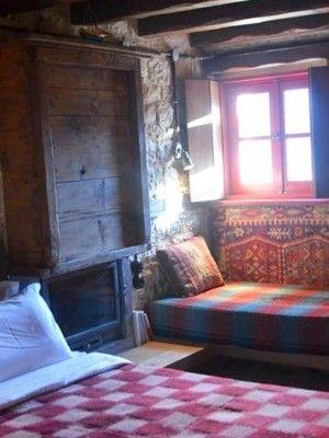 L'auberge Anemi, à Kato Pedina, est une maison traditionnelle construite vers 1850. Elle a fait l'objet d'une restauration fidèle aux matériaux d'époque, pierres locales, meubles et charpentes en pin noir, tissus de laine. Sa décoration intérieure fait preuve d'une créativité plus moderne, très chaleureuse dans ses aménagements et ses tonalités. Les lits de l'auberge sont disposés à l'ancienne, autour des cheminées.