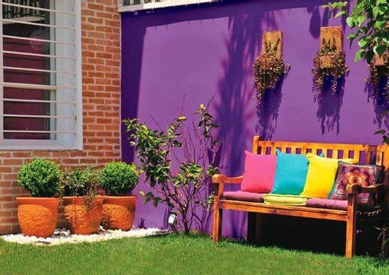 Pared de color fuerte en patio