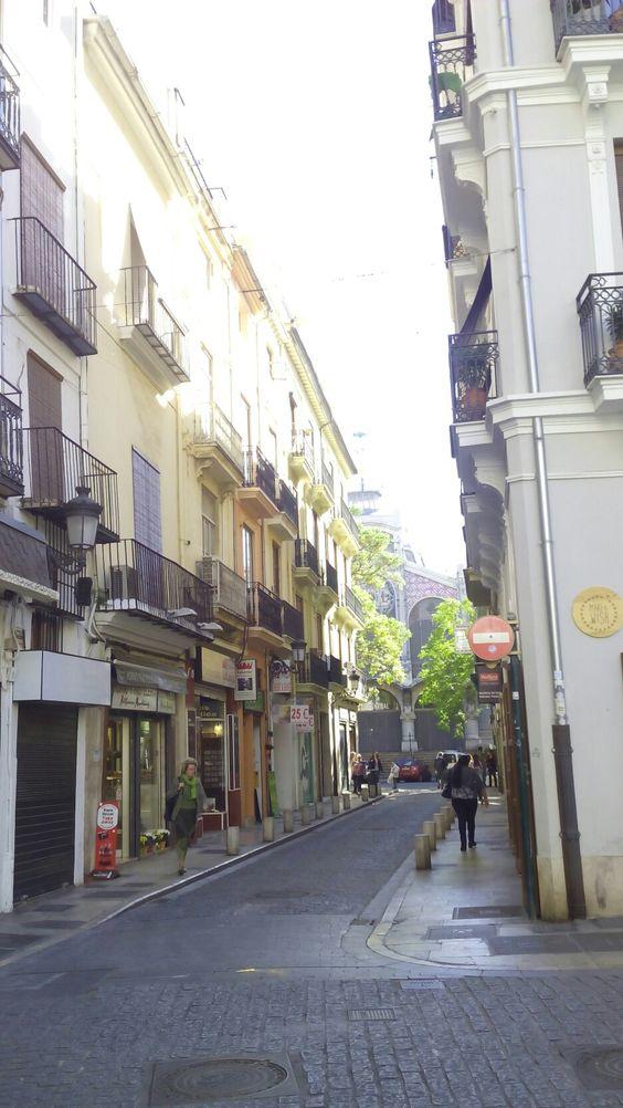 Calle con el Mercado Central  al fondo