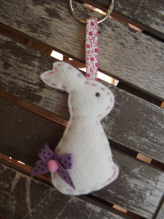 Porte cl suspension mon lapin blanc en feutrine fait for Decoration de porte a suspendre