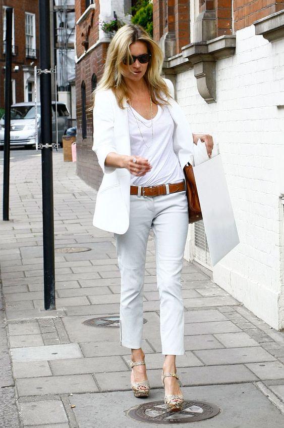 A Calça jeans branca está presente em quase todos os guarda-roupas, não é verdade?! Básica e casual, ela pode montar looks diferentes e modernos, usan...: