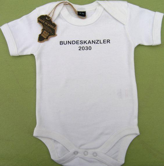 """Body mit Aufdruck """"Bundeskanzler 2030"""" oder """"Bundeskanzlerin 2030""""   Material: 100% Afrikanische Baumwolle, 200g Marke: Babybugz by Mantisworld Ärmel: Kurzarm Kragen: Rundhals Aufdruck: """"Bundeskanzler 2030"""" Besonderheit: Beinöffnung mit nickelfreien Druckknöpfen Ton in Ton  http://www.geeky-kids.de/product_info.php?info=p25_babybody--bundeskanzler-.html"""