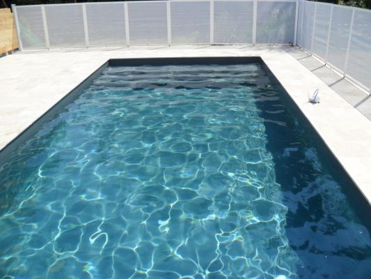 Liner gris anthracite par temps ensoleill id es for Comparatif piscine coque ou beton