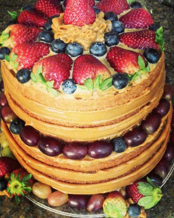 Naked Cake de baunilha com frutas vermelhas e doce de leite
