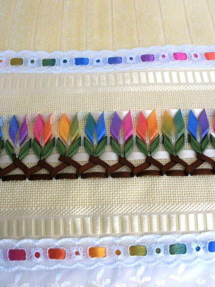 Linda peça de toalha aveludada,bordada com fitas de cetim trançadas. <br>Acabamento com lese e passa fita. <br>Bordamos em outras cores de acordo com as preferências: