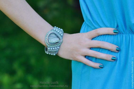 """Купить Стильный крупный браслет из бисера с лабрадором """"Нежная мята"""" 6760 руб"""