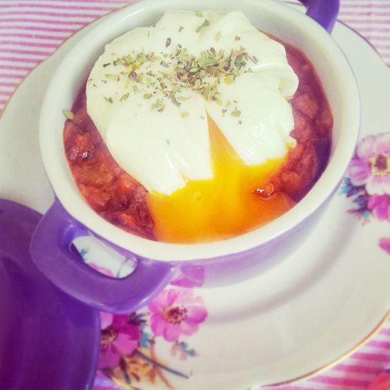 Ratatouille con huevo poché.  http://www.langolodichiara.com/2013/10/cazuelita-de-ratatouille-con-huevo-poche.html