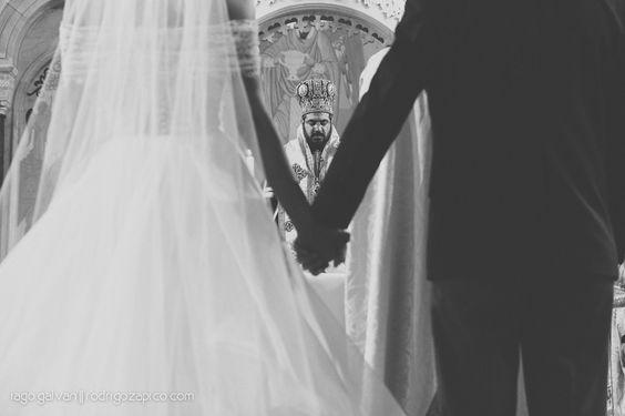detalhe do celebrante ao fundo e do casal junto - amor!