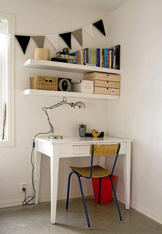 I et hjørne har det blitt gjort plass til et skrivebord med ...