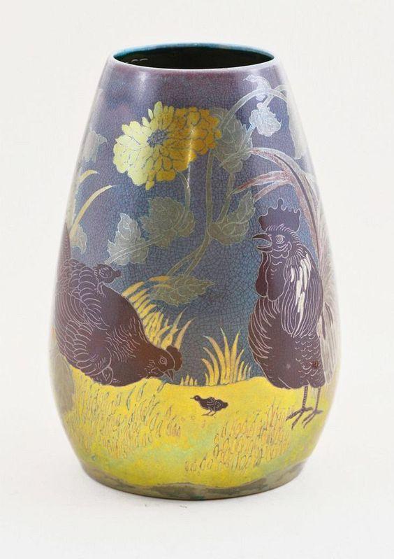 Zsolnay váza, kakas, tyúkok és csibék peóniák közt