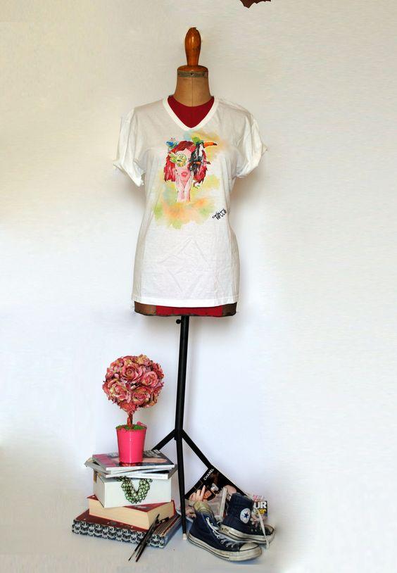 T-shirt bianca dipinta a mano con ragazza e tucano : T-Shirt, canottiere di totto-by-design