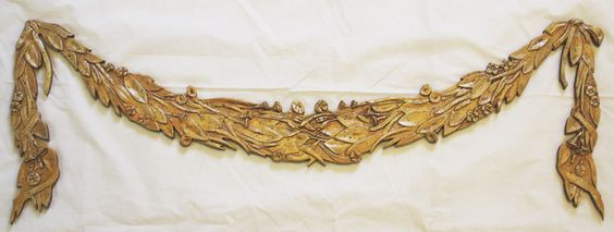 Ghirlanda: decorazione floreale in stucco con base in legno dipinto in oro ed invecchiato a cera